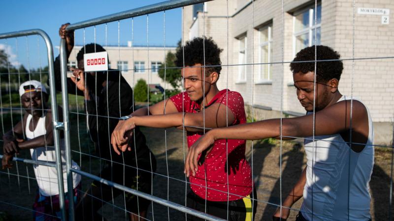 Центр задержания мигрантов в Литве за незаконное пересечение литовской границы со стороны Беларуси.(Photo by Paulius Peleckis/Getty Images)   Epoch Times Россия