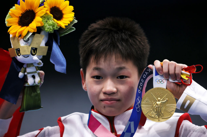 Цюань Хунчань держит свою золотую медаль во время церемонии награждения финала женских прыжков с вышки 10 м в Tokyo Aquatics Center в Токио, Япония, 5 августа 2021 г. (Tom Pennington / Getty Images) | Epoch Times Россия