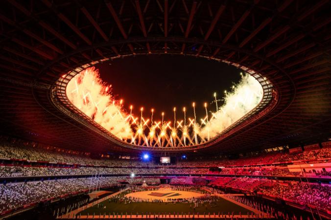 Фейерверки взрываются над стадионом во время церемонии закрытия Олимпийских игр-2020 на Олимпийском стадионе 8 августа 2021 года в Токио, Япония. Leon Neal/Getty Images   Epoch Times Россия