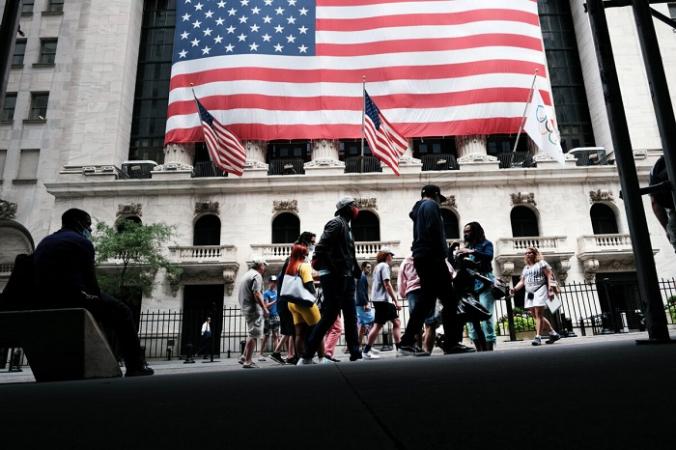 Люди проходят мимо Нью-Йоркской фондовой биржи (NYSE) в Нью-Йорке 10 августа 2021 г. (Spencer Platt / Getty Images) | Epoch Times Россия