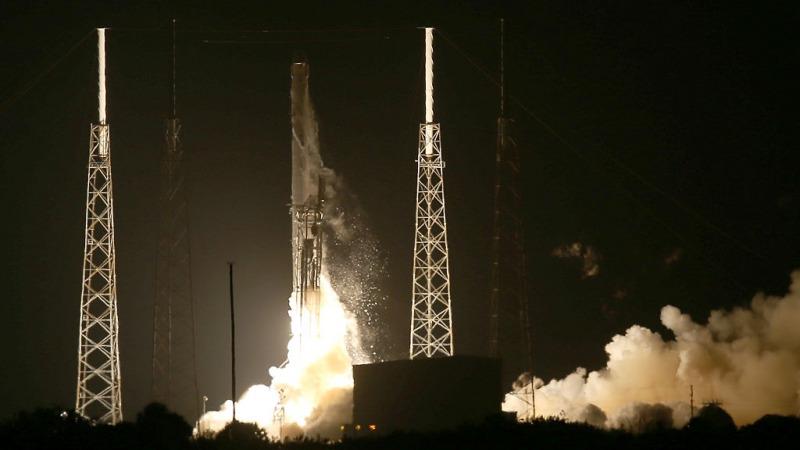 Ракета SpaceX Falcon 9, несущая грузовой корабль Dragon (Photo by Joe Raedle/Getty Images) | Epoch Times Россия