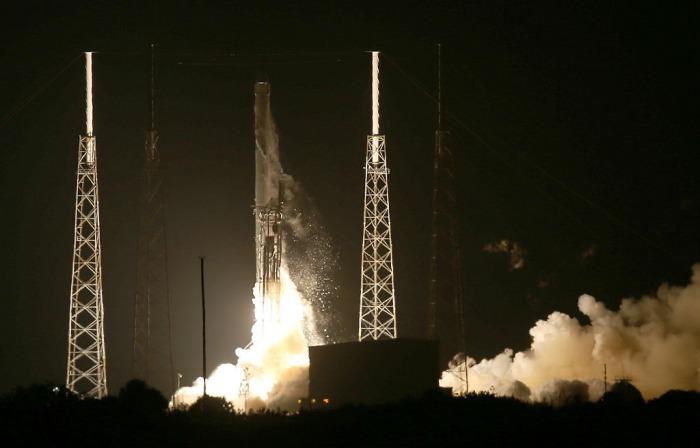 Грузовой корабль Dragon выведен на орбиту и направляется к МКС
