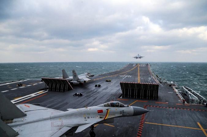 Китайские истребители J-15 запускаются с палубы авианосца Liaoning во время военных учений в Желтом море у восточного побережья Китая 23 декабря 2016 г. (STR/AFP via Getty Images)   Epoch Times Россия