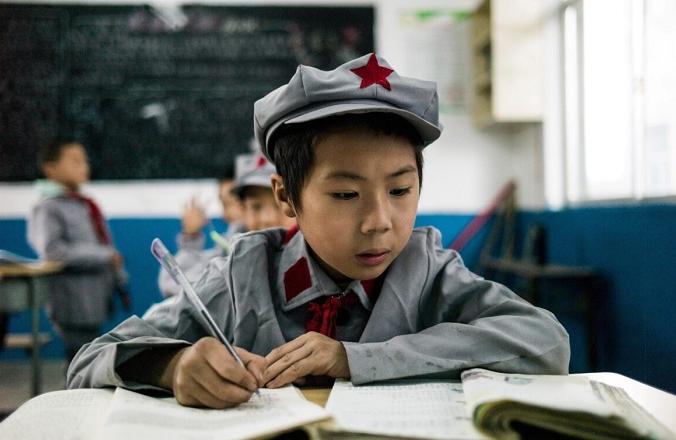 Ученики занимаются в своем классе в начальной школе «Красной армии» Ян Дэчжи в Вэньшуй, уезд Сишуй, провинция Гуйчжоу, 7 ноября 2016 года. (Fred Dufour/AFP via Getty Images)   Epoch Times Россия
