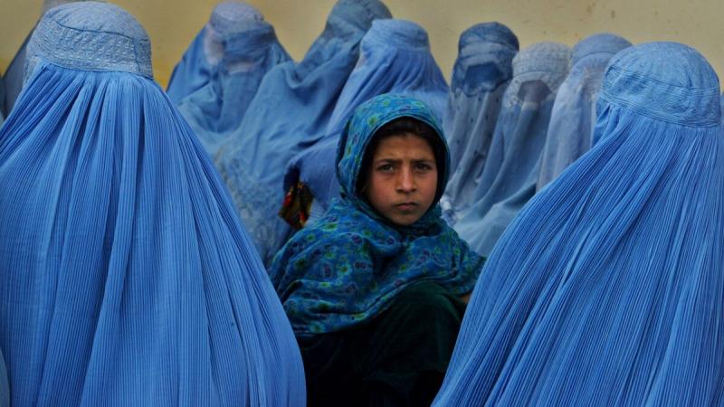 Афганские женщины стоят в очереди, чтобы пройти курс лечения в клинике Калакан в Калакане, Афганистан. Фотография из архива. (Паула Бронштейн / Getty Images)  | Epoch Times Россия
