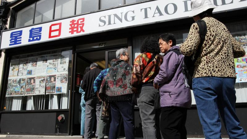 Американцы китайского происхождения выстраиваются в очередь перед офисом Sing Tao News, чтобы пожертвовать деньги жертвам землетрясения в Китае, в китайском квартале Сан-Франциско, 14 мая 2008 г. (Justin Sullivan/Getty Images)    Epoch Times Россия