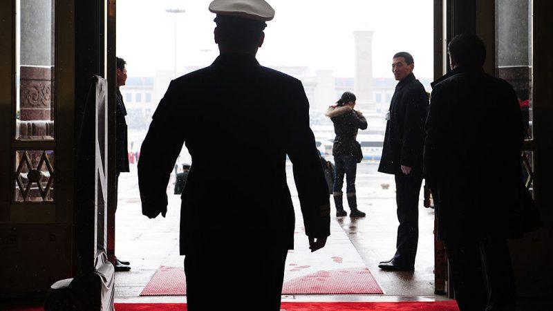 Военный делегат покидает Большой зал народных собраний после сессии Всекитайского собрания народных представителей в Пекине 8 марта 2010 года. FREDERIC J. BROWN / AFP via Getty Images   Epoch Times Россия