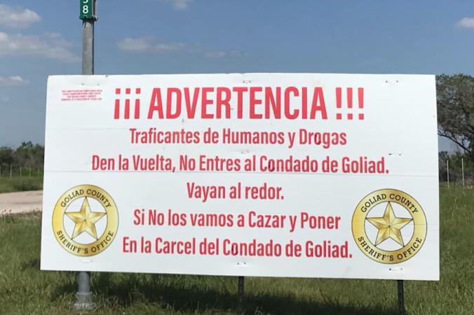 Предупреждающий знак картелям на границе графства Голиад, написанный на испанском языке. (Goliad Sheriffs Office)   Epoch Times Россия