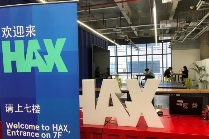 Команды стартапов и сотрудники берут обеденный перерыв в офисе Hax в связи с пандемией COVID-19 на рынке электроники Huaqiangbei в Шэньчжэне, провинция Гуандун, Китай, 16 июля 2021 г. (David Kirton/Reuters) | Epoch Times Россия