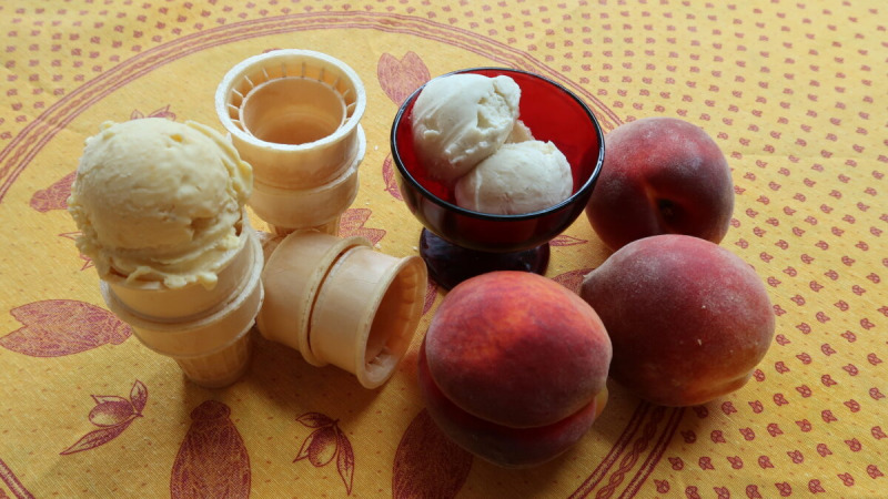 Домашнее персиковое (L) и ванильное мороженое. (Линда Джойс Форристал)    Epoch Times Россия