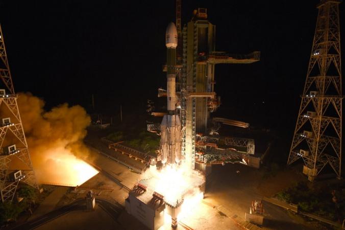 Ракета-носитель с геосинхронным спутником (GSLV-F10), на борту которой находится спутник наблюдения Земли EOS-03, в космическом центре Сатиш Дхаван в Шрихарикоте, Индия, 12 августа 2021 года. (Indian Space Research Organization via AP)   Epoch Times Россия