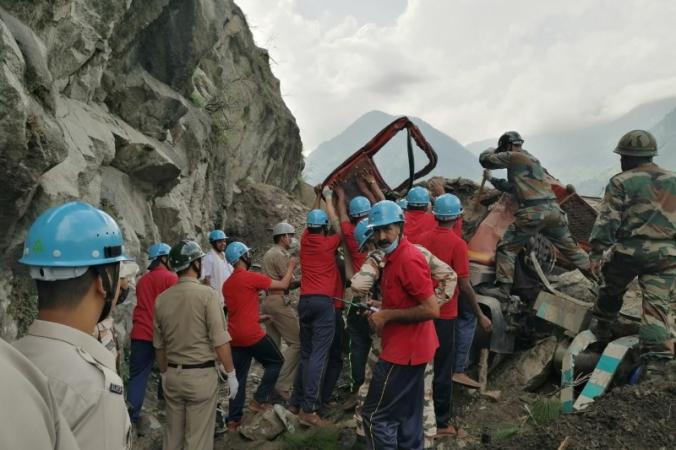 Сотрудники Индо-тибетской пограничной полиции удаляют поврежденный грузовик во время спасательной операции на месте оползня в районе Киннаур в северном штате Химачал-Прадеш, Индия, 11 августа 2021 г. (Indo-Tibetan Border Police/Handout via Reuters) | Epoch Times Россия