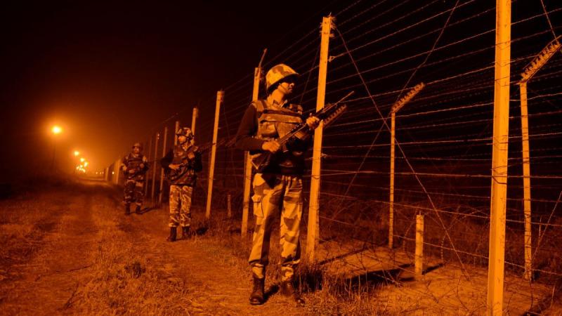 Солдаты пограничных сил Индии патрулируют вдоль пограничного забора на заставе вдоль индийско-пакистанской границы в Сучит-Гархе, 36 километров к юго-западу от Джамму, Индия, 11 января 2013 года. (Tauseef Mustafa/AFP via Getty Images) | Epoch Times Россия
