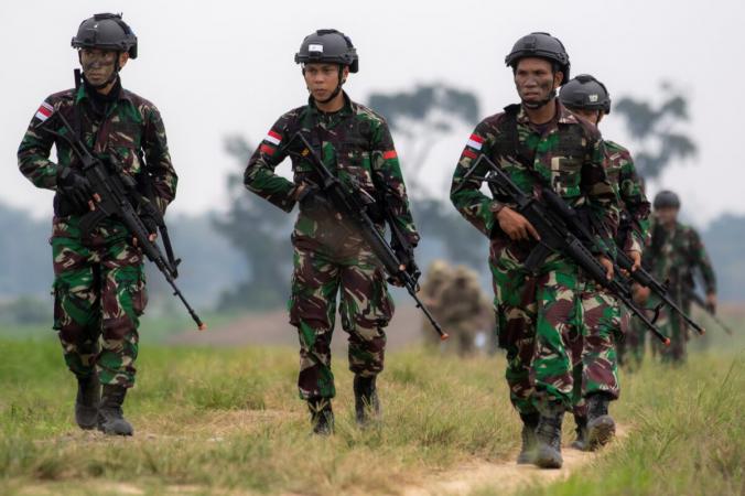 Солдаты индонезийской армии принимают участие в совместных учениях Garuda Shield 2021 в Центре боевой подготовки индонезийской армии в Мартапуре, провинция Южная Суматра, Индонезия, 4 августа 2021 г. (Antara Foto/Nova Wahyudi/via Reuters) | Epoch Times Россия
