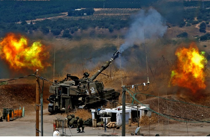 Израильские самоходные гаубицы ведут огонь по Ливану с позиции возле северного израильского города Кирьят-Шмона после ракетного обстрела с ливанской стороны границы 6 августа 2021 г. (Jalaa Marey/AFP via Getty Images) | Epoch Times Россия