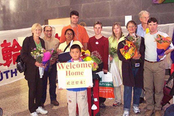 Джен Беккер (L) и другие последователи Фалуньгун в аэропорту Мельбурна, Австралия, 9 марта 2002 года, вернувшись домой после правозащитной акции протеста буквально за несколько дней до этого на площади Тяньаньмэнь в Пекине против преследования КПК Фалуньгун. (С любезного разрешения Minghui.org)