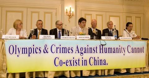 Джен Беккер (L) приняла участие в пресс-конференции о нарушениях прав человека КПК в преддверии Олимпийских игр 2008 года в Пекине; в Афинах, Греция, 9 августа 2007 года. (Ян Якилек/The Epoch Times)