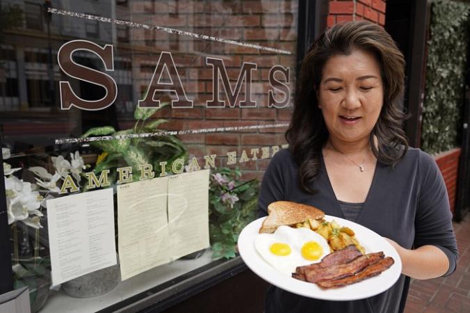 Джинни Ким держит в руках свой популярный завтрак с беконом и яйцами в ресторане в Сан-Франциско, штат Калифорния, 30 июля 2021 года (Eric Risberg / AP Photo) | Epoch Times Россия