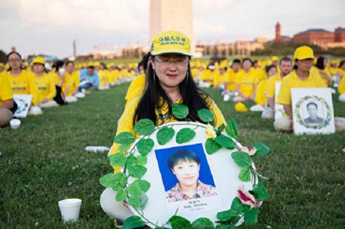 Ян Чуньхуа держит венок в память о своей сестре Ян Чуньлин, которая скончалась в 2014 году в результате преследования Фалуньгун Пекином, во время мероприятия в Вашингтоне 18 июля 2019 года. (The Epoch Times) | Epoch Times Россия