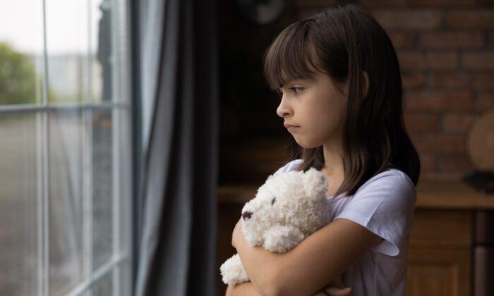 Травматические события в детстве могут изменить реакцию человека на стресс таким образом, что это приведет к болезням на всю жизнь. (fizkes/Shutterstock)   Epoch Times Россия