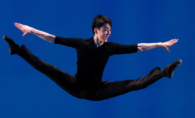 Танцор Shen Yun Performing Arts Майкл Ху на сцене.. (Эдвард Дай) | Epoch Times Россия