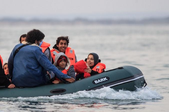 Люди в лодке незаконно пересекают Ла-Манш из Франции в Великобританию 11 сентября 2020 г. (Sameer Al-Doumy/AFP via Getty Images) | Epoch Times Россия
