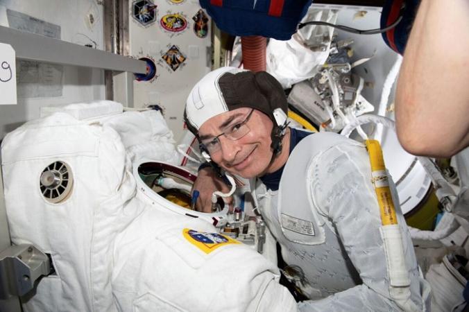 Астронавт и бортинженер 65-й экспедиции Марк Ванде Хай осматривает скафандр в рамках подготовки к выходу в открытый космос на Международной космической станции 17 августа 2021 г. (NASA via AP)   Epoch Times Россия
