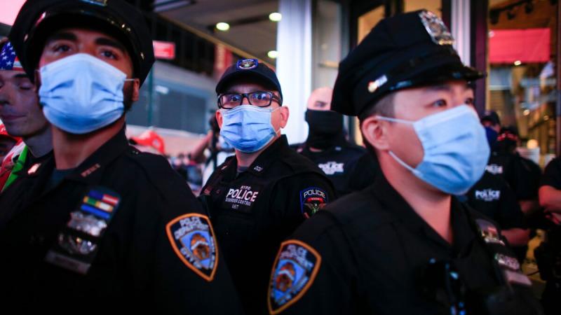Офицеры полиции стоят на страже во время акции протеста в Нью-Йорке 3 сентября 2020 г. (Kena Betancur / AFP via Getty Images)  | Epoch Times Россия