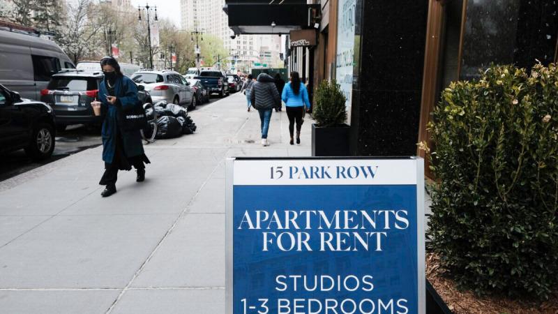 Реклама квартир в аренду в нижнем Манхэттене в Нью-Йорке 16 апреля 2021 г. (Spencer Platt / Getty Images)  | Epoch Times Россия