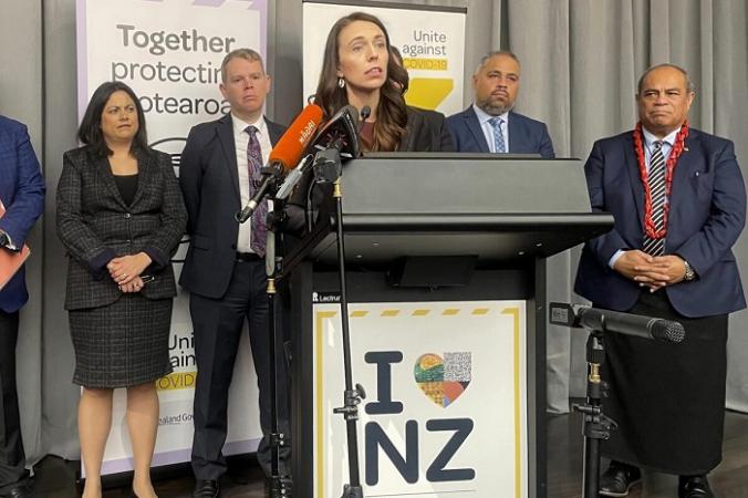 Премьер-министр Новой Зеландии Джасинда Ардерн в сопровождении законодателей выступает с речью в Веллингтоне, Новая Зеландия, 12 августа 2021 г. (Nick Perry/AP Photo) | Epoch Times Россия