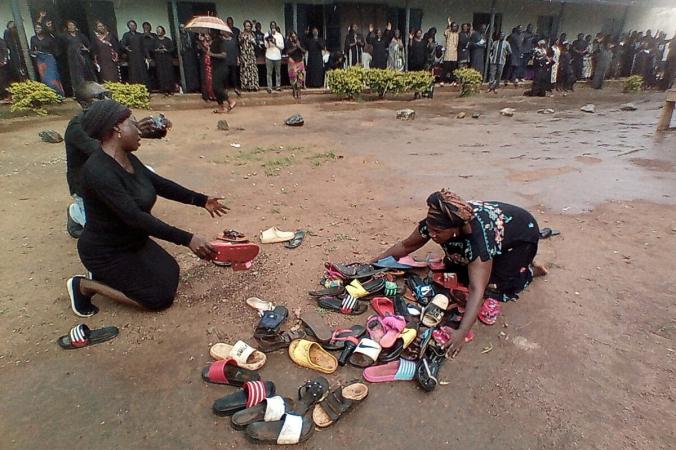 Родители учащихся, похищенных в Баптистской средней школе Вефиль, молятся об их безопасном возвращении в Кадуне, Нигерия, 9 июля 2021 г. (Bosan Yakusak / Reuters) | Epoch Times Россия