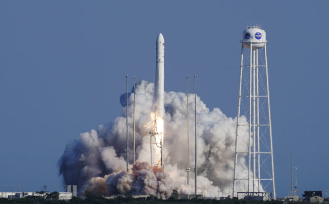Ракета Antares компании Northrop Grumman отрывается от стартовой площадки на испытательном полигоне НАСА на острове Уоллопс, штат Вирджиния, 10 августа 2021 г. (Стив Хелбер / AP Photo)   Epoch Times Россия