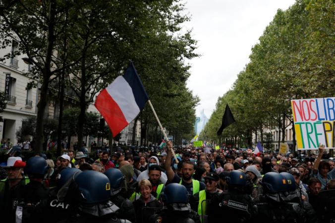 Протестующие сталкиваются с полицией во время акции протеста против пропусков в Париже 7 августа 2021 г. (Adrienne Surprenant / AP Photo) | Epoch Times Россия