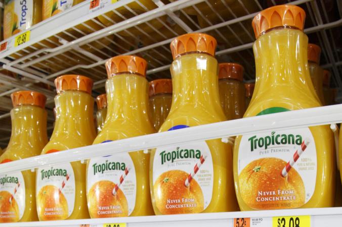Сок PepsiCo Tropicana демонстрируется в новом магазине Wal-Mart в Чикаго 24 января 2012 г. (John Gress / Reuters) | Epoch Times Россия