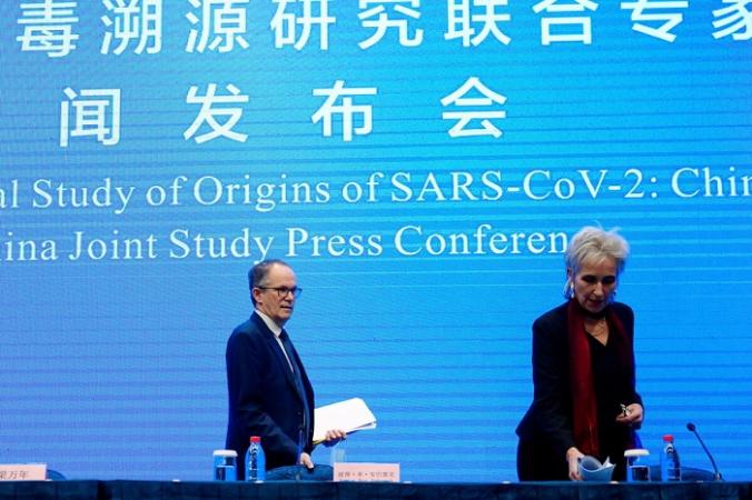 Питер Бен Эмбарек и Марион Купманс, члены группы ВОЗ, прибывают на совместную исследовательскую пресс-конференцию ВОЗ и Китая в отель в Ухане, провинция Хубэй, Китай, 9 февраля 2021 г. (Aly Song / Reuters) | Epoch Times Россия