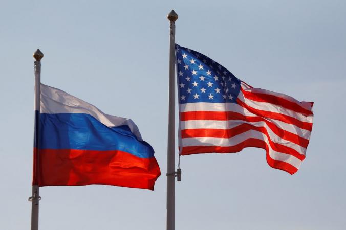 Государственные флаги России и США развеваются в международном аэропорту Внуково в Москве, Россия, 11 апреля 2017 г. (Maxim Shemetov/Reuters) | Epoch Times Россия