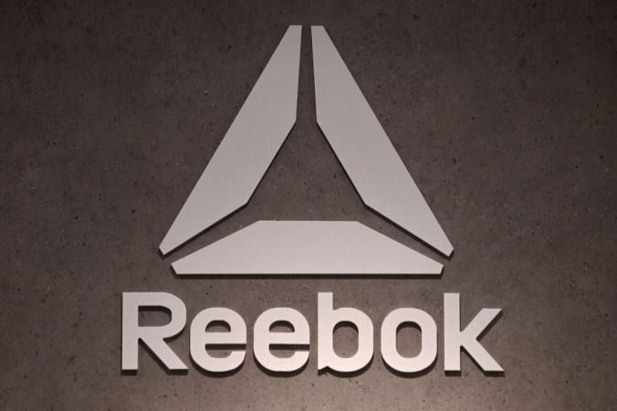 Логотип компании по производству обуви и одежды Reebok, дочерней компании немецкого гиганта спортивных товаров Adidas, можно увидеть в магазине в Мюнхене, на юге Германии, 10 марта 2021 г. (Christof Stache / AFP via Getty Images) | Epoch Times Россия