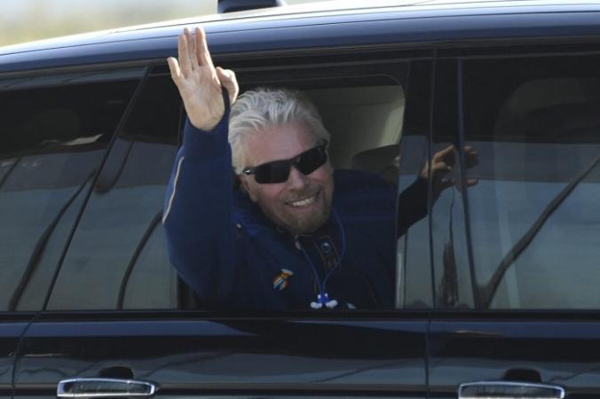 Британского миллиардера Ричарда Брэнсона приветствуют по прибытию в космодром «Америка» недалеко от города Трут-ор-Консекуэнсес, Нью-Мексико, за несколько часов до полета в космос на борту космического корабля Virgin Galactic, 11 июля 2021 года. (Патрик Т. Фэллон / AFP via Getty Images)   Epoch Times Россия