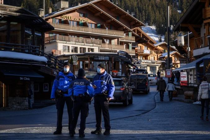 Полицейские стоят на улице альпийского курорта Вербье, Швейцария, 22 декабря 2020 г. (Abrice Coffrini/AFP via Getty Images) | Epoch Times Россия