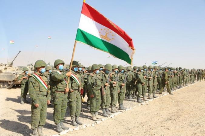 Военнослужащие Таджикистана выстраиваются в линию во время совместных военных учений с участием России, Узбекистана и Таджикистана на полигоне Харб-Майдон, расположенном недалеко от таджикско-афганской границы в Хатлонской области Таджикистана, 10 августа 2021 г. (Didor Sadulloev/Reuters) | Epoch Times Россия