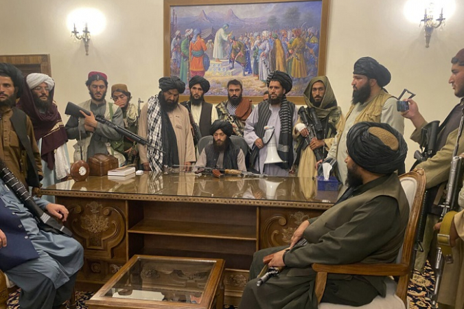 Террористы Талибана берут под свой контроль президентский дворец Афганистана после того, как президент Афганистана Ашраф Гани бежал из страны в Кабуле, Афганистан, 15 августа 2021 г. (Заби Карими / AP Photo)   Epoch Times Россия