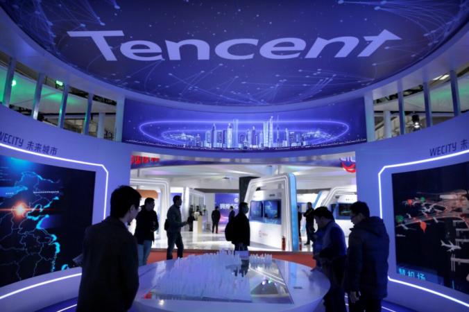 Люди посещают стенд компании Tencent на Всемирной выставке 5G в Пекине 22 ноября 2019 года. Китайский интернет-гигант выполняет указ китайского лидера Си Цзиньпина о перераспределении богатства в Китае. (Jason Lee/File Photo/Reuters) | Epoch Times Россия