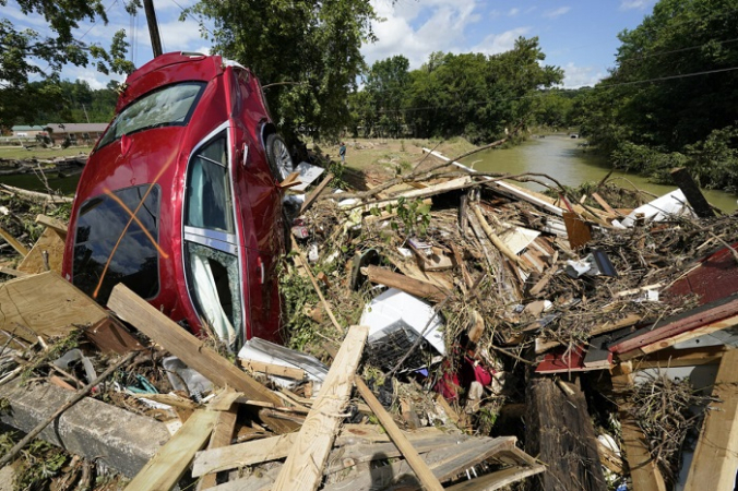 Автомобиль среди обломков, выброшенных на мост через речку в Уэверли, штат Теннеси, 22 августа 2021 г. (Mark Humphrey/AP Photo) | Epoch Times Россия