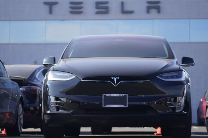 Непроданный внедорожник Model X 2021 года стоит в автосалоне Tesla в Литтлтоне, штат Колорадо, 24 января 2021 г. (Дэвид Залубовски / AP Photo) | Epoch Times Россия