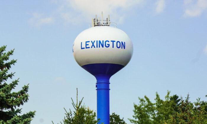 Муниципальная водонапорная башня в деревне Лексингтон, штат Мичиган, расположенная на берегу озера Гурон в районе Большого пальца штата Мичиган, 23 августа 2021 г. (Стивен Ковач / Epoch Times)  | Epoch Times Россия