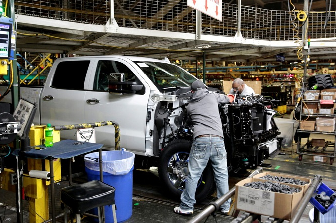Фотография из файла, на которой сотрудники General Motors работают над тяжёлыми пикапами Chevrolet 2019 на сборочном заводе General Motors во Флинте, штат Мичиган, 5 февраля 2019 г. (Reuters / Rebecca Cook / File Photo)   Epoch Times Россия