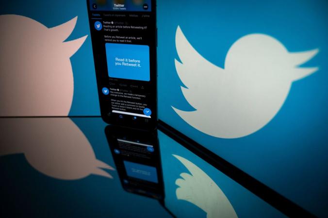 Логотип Twitter отображается на экране смартфона и планшета в Тулузе, Франция, 26 октября 2020 г. (Lionel Bonaventure/AFP via Getty Images)   Epoch Times Россия