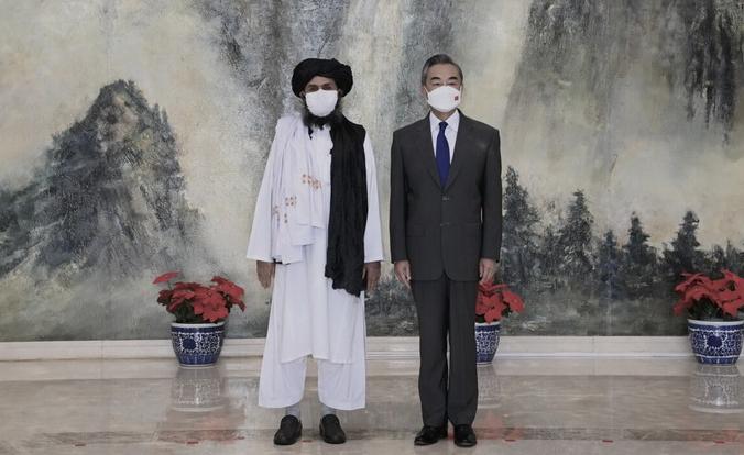 Один из основателей «Талибана» мулла Абдул Гани Барадар (слева) и министр иностранных дел Китая Ван И во время встречи в Тяньцзине, Китай, 28 июля 2021 г. (Li Ran/Xinhua via AP)   Epoch Times Россия