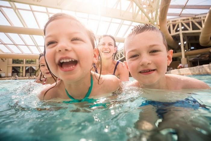Дети наслаждаются аквапарком накурорте Wilderness Resort. (Предоставлено Бюро потуризму иконгрессам штата Висконсин Деллс)