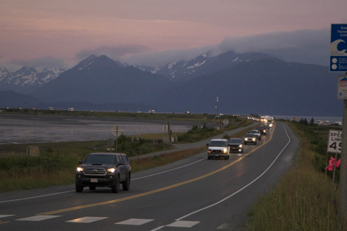 Шеренга автомобилей в Гомере, Аляска, после предупреждения о цунами после землетрясения магнитудой 8,2 на полуострове Аляска 28 июля 2021 г. (Sarah Knapp, Homer News via AP)   Epoch Times Россия